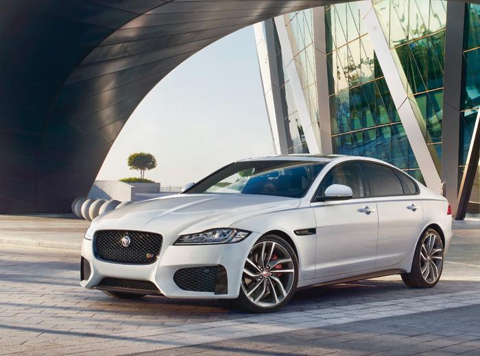 Auto –Jaguar XF perfekt gekleidet